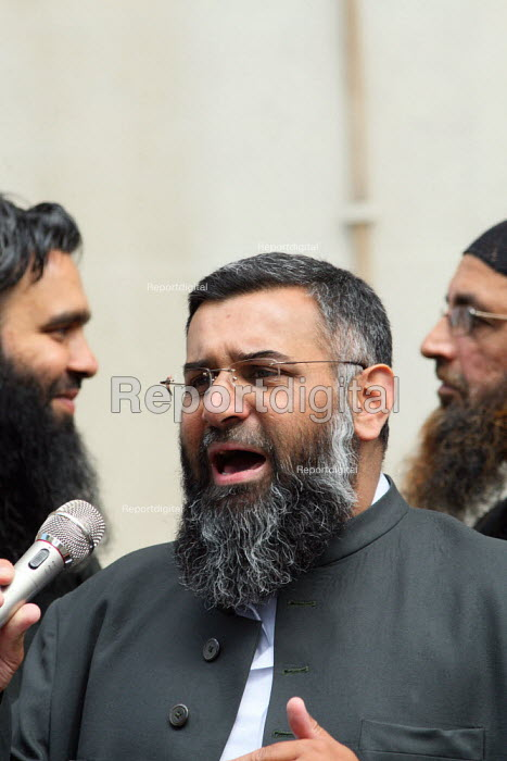 Anjem Choudary speaking at a Shariah for Pakistan protest outside the Pakistani Embassy in Knightsbridge. London. - Justin Tallis - 2010-08-05