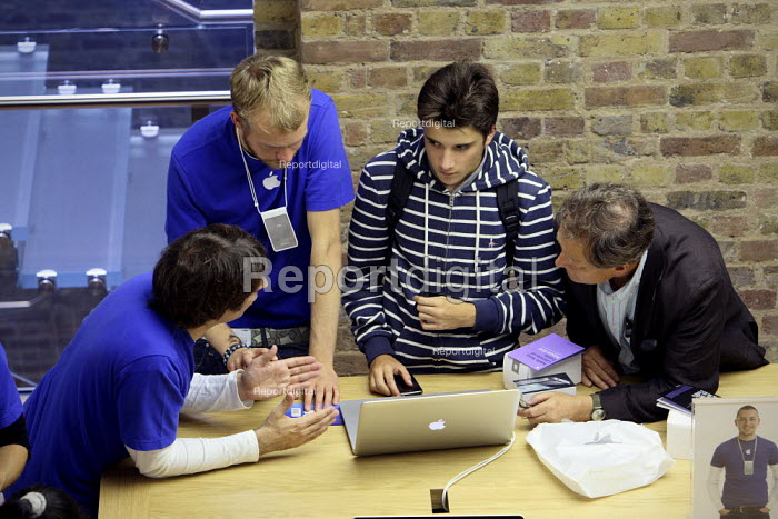 Staff giving advice at Apples Covent Garden store in London. - Justin Tallis, JT1008077.JPG