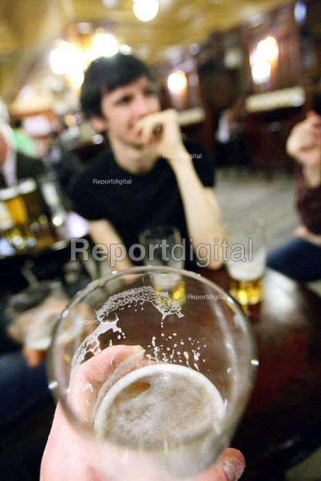 Young men having a early evening pint in the pub after work. London. - Justin Tallis - 2010-08-31