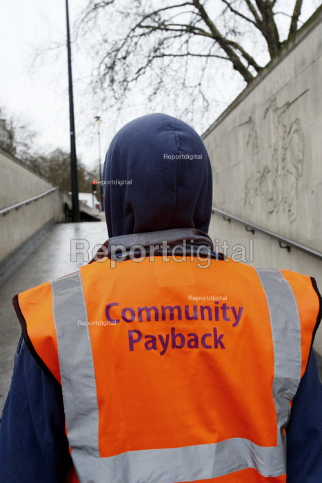 Offenders cleaning the tunnel walls of Hyde Park Corner tube as part of a community payback scheme run by Westminster Council and the London Probation Trust. London. - Justin Tallis - 2011-04-05