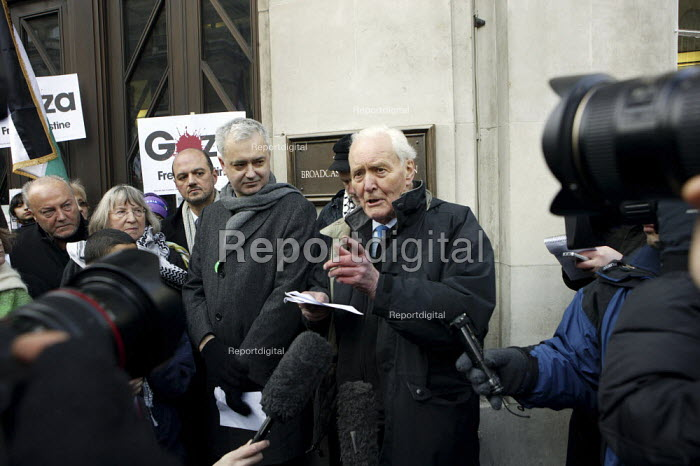 Andrew Murray (STWC) and Tony Benn outside BBC Broadcasting House. Gaza protest against the BBC's refusal to broadcast a charity appeal to raise emergency funds for people in the Gaza strip. London. - Justin Tallis - 2009-01-24