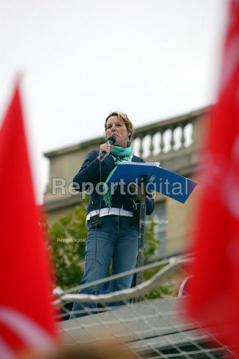 Teesside writer Linda Robinson, supported by Corus workers from Teesside, reading short stories and poems to highlight the jobs crisis in the steal industry. Fourth Plinth, Trafalgar Square, London. - Justin Tallis - 2009-08-26