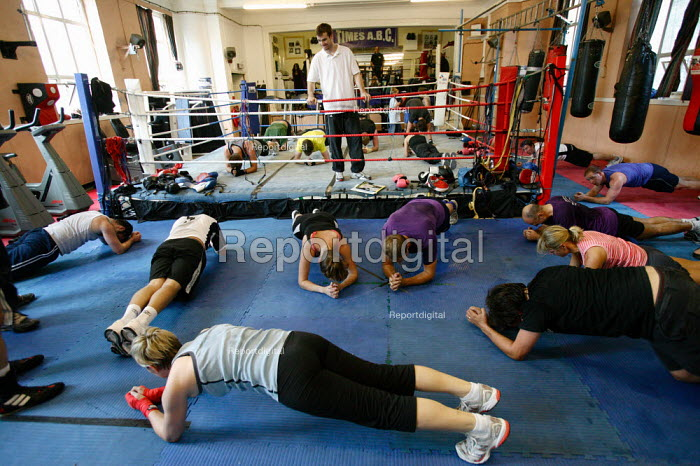 Guardian Media Group employees working out on their lunch break. Times ABC Boxing Club. Islington, London. - Justin Tallis - 2009-08-27