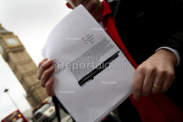 Steve Kelly holding a copy of his blacklisting. Blacklist Support Group meeting in Westminster. London. - Justin Tallis - 2009-10-06