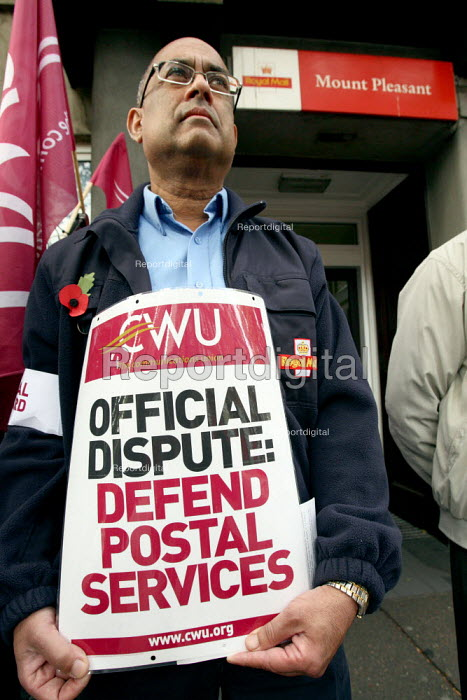 CWU postal picket outside Mount Pleasant sorting office. Two days of strike action over wages, conditions and pensions London. - Justin Tallis - 2009-10-29