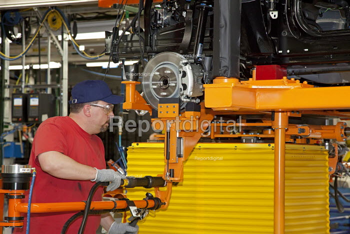 Workers assemble new Chrysler Jeep Grand Cherokee, at the Jefferson North Assembly Plant. - Jim West - 2010-05-21