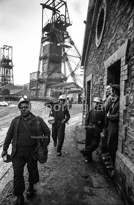 Miners at Oakdale colliery, South Wales leaving work. - Martin Mayer - 1972-01-05