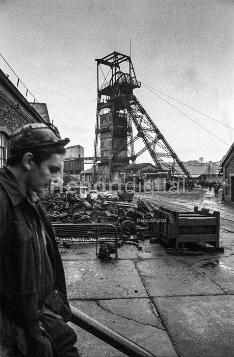 Miner outside Oakdale colliery, South Wales. - Martin Mayer - 1972-01-05