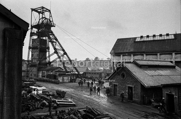 Miners leaving work at Oakdale colliery, South Wales - Martin Mayer - 1972-01-05