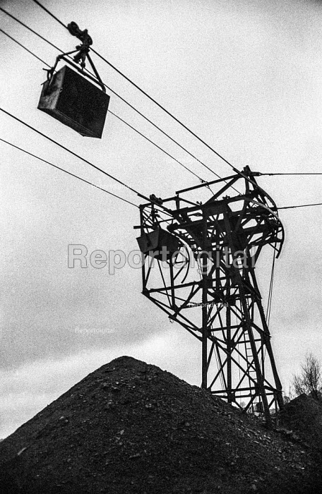 Oakdale colliery, 1972 miners strike, Sirhowy Valley, South Wales, Overhead coal transport system silent during the strike - Martin Mayer - 1972-01-21
