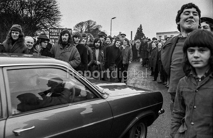 Miners picketing West Wales National Coal Board Offices during strike. - Martin Mayer - 1972-01-26
