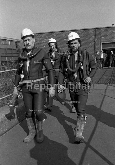 Underwater mines rescue crew in wetsuits set out on another attempt to free 7 miners trapped in the flooded Lofthouse colliery, West Yorkshire - Martin Mayer - 1973-03-23