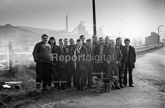 Pickets at Cadeby colliery, South Yorkshire, 1974 miners strike. - Martin Mayer - 1974-03-04
