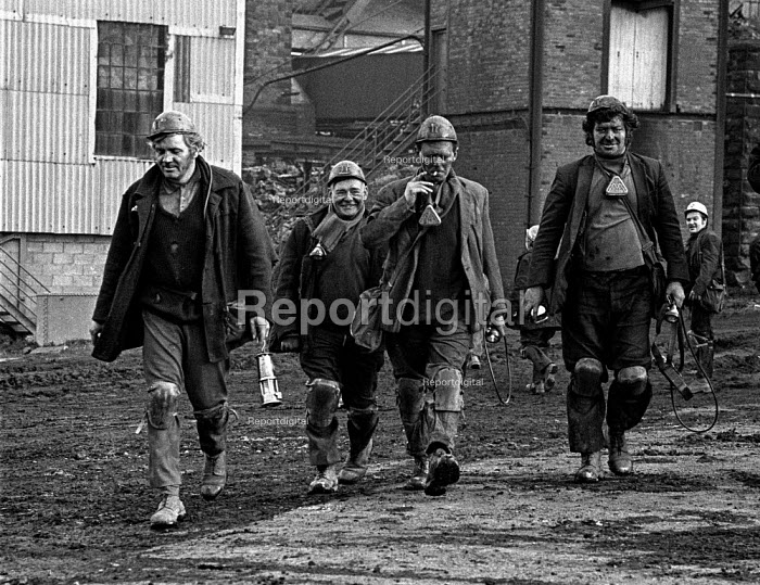 Miners from Rockingham colliery, near Barnsley leaving work. - Martin Mayer - 1974-12-12