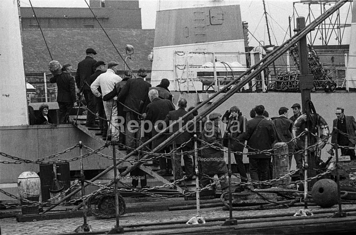 Fishermen and seamen embarking on a trawler in Hull docks prior to departure - Martin Mayer - 1968-10-29