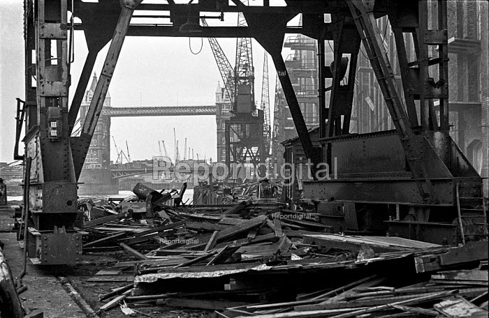Cranes are demolished outside Chamberlains Wharf, near Tower Bridge, as London wharves and docks are closed during containerisation - Martin Mayer - 1987-10-06