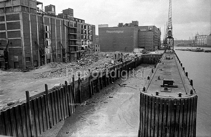 Wharves and their cranes are demolished on the upper Thames near Tower Bridge during the closure of London docks as new container ports open downstream - Martin Mayer - 1987-10-06