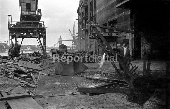 Demolition workers cuts up parts of a crane outside Chamberlains Wharf, next to Hays Wharf, near Tower Bridge during the closure of the old London docks caused by containerisation - Martin Mayer - 1987-10-06