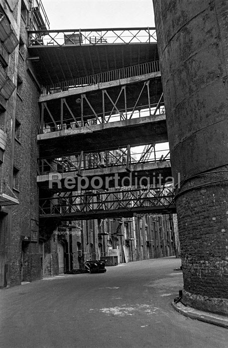 Walkways leading to the back of one of the old London wharves in Wapping High Street during the closure of London wharves and docks due to containerisation - Martin Mayer - 1987-10-06