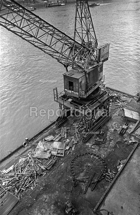 A crane by Chamberlains Wharf, near Tower Bridge is dismantled during the closure of the old London wharves and docks due to containerisation - Martin Mayer - 1987-10-06