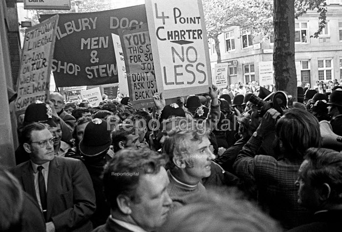 Docks strike 1972. Anger outside Transport House as dockers learn that the strike is to be called off with a compromise settlement based on the Jones-Aldington agreement. 16.8 1972. - Martin Mayer - 1972-08-16