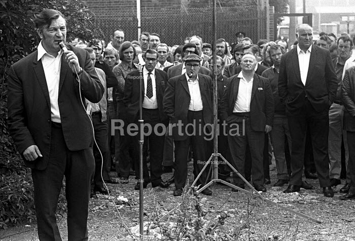 Docks strike 1972. Vic Turner, one of the jailed Pentonville 5 dockers and a leading shop steward on the Royal Group of Docks, speaking at a mass metting at the Royals - Martin Mayer - 1972-08-14