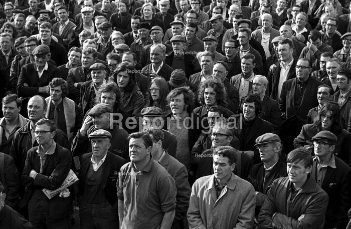 Govan shipyard workers (UCS) mass meeting to decide on occupation or work-in at the yard to fight closure - Martin Mayer - 1971-08-08