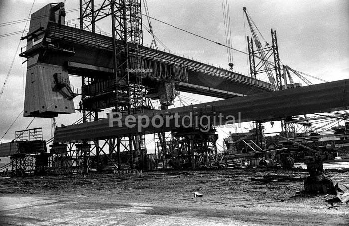 A new crane in operation at the Scott Lithgow shipyard, Port Glasgow, at the time of the Upper Clyde Shipyard crisis - Martin Mayer - 1971-08-09