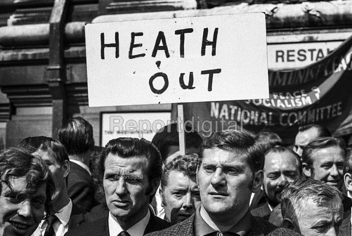 Heath Out. Upper Clyde Shipyards workers protest in London against the closure of their yards and agianst the Heath government - Martin Mayer - 1971-06-16