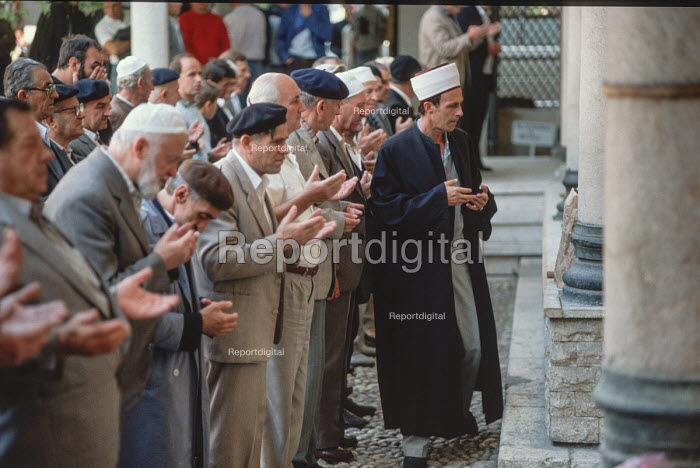 Men praying in the Gazi Husrev-beg Mosque, Sarajevo, Bosnia - Martin Mayer - 1990-09-09