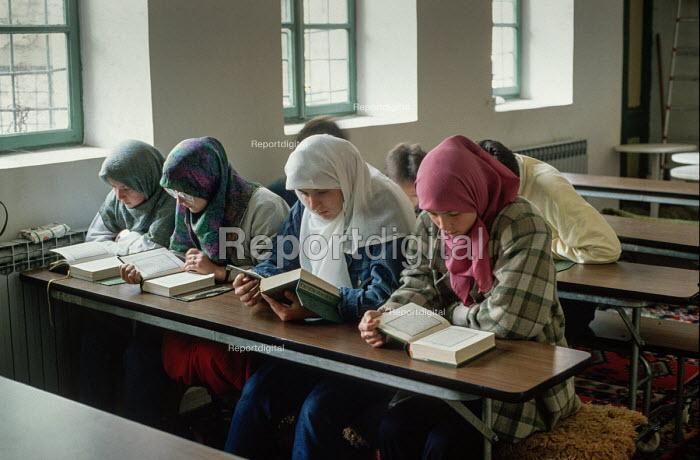 Young Muslim women studying at the main Gazi Husrev-beg mosque, Sarajevo, Bosnia. - Martin Mayer - 1990-09-10