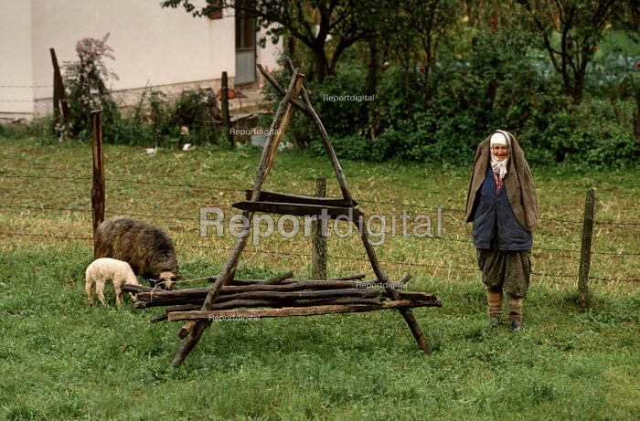 Elderly Muslim peasant woman outside her house in the Bosnian countryside - Martin Mayer - 1990-09-10