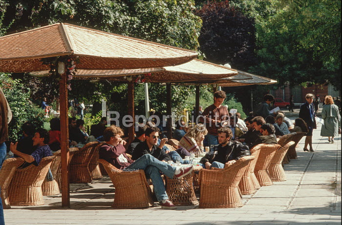 Open air cafe in central Sarajevo, Bosnia, before the civil war - Martin Mayer - 1990-09-10