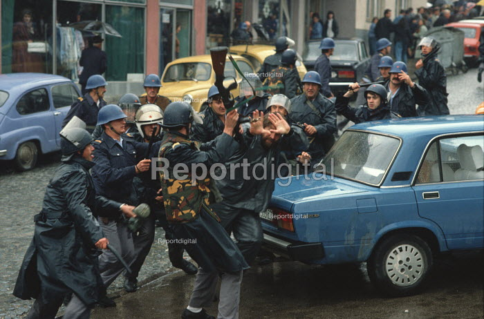 Riot police attack a single transport worker during demonstrations against the Muslim controlled council in Gorazde, Eastern Bosnia. - Martin Mayer - 1990-09-10