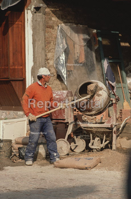 Building worker in Sarajevo Old Town, Bosnia - Martin Mayer - 1990-09-10