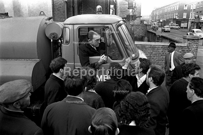 Council workers strike 1970. Pickets in Lambeth, South London, trying to persuade a dustcart driver from entering a depot - Martin Mayer - 1970-10-09