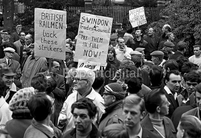 Council workers strike 1970. A solidarity march for the council workers on strike for a pay rise, in Swindon. - Martin Mayer - 1970-10-23