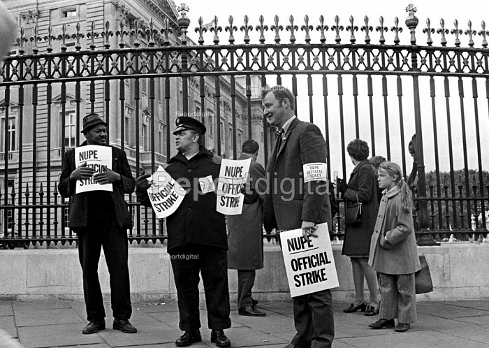 Council workers strike 1970. Binmen, on strike for a 55/- pay rise, picket Buckingham Palace. - Martin Mayer - 1970-10-22