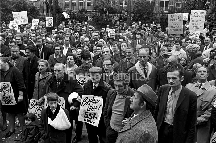 Council workers strike 1970. Support from other workers for the pay strike in Swindon. - Martin Mayer - 1970-10-23