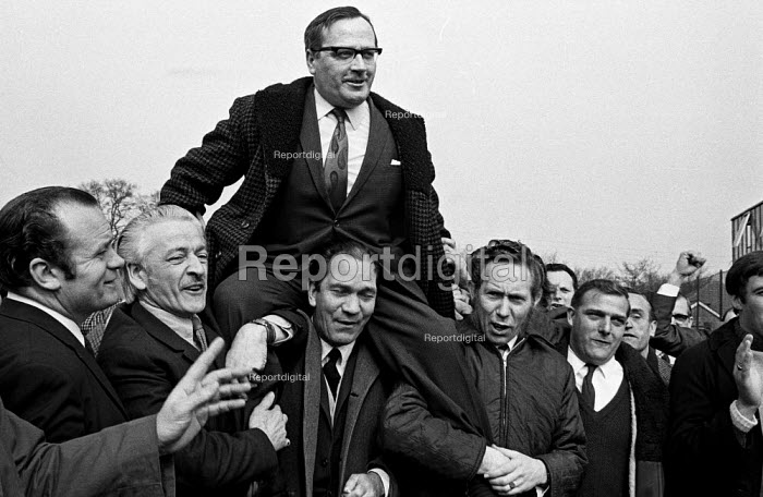 Moss Evans, TGWU leading official for car workers, is lifted shoulder-high by Ford workers at the end of their bitter strike in 1971. Many other Ford workers, by contrast, accused the unions of a sell-out. - Martin Mayer - 1971-03-31
