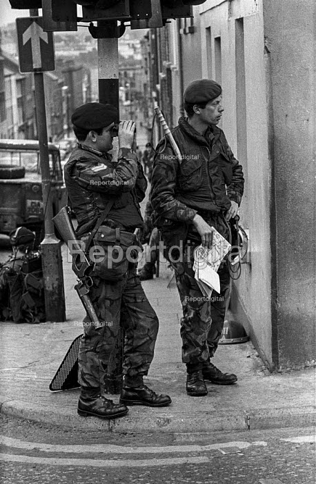 British army soldiers on the streets, Derry, Northern Ireland, 1971 shortly after the announcement of internment without trial - Martin Mayer - 1971-08-13