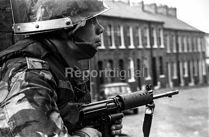 British army patrol in the Protestant Crumlin Road area, Belfast 1971 shortly after the announcement of internment without trial in Northern Ireland - Martin Mayer - 1971-08-14