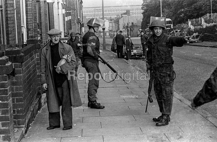 Old man as British soldiers patrol the Protestant Crumlin Road area Belfast 1971 shortly after the announcement of internment without trial in Northern Ireland - Martin Mayer - 1971-08-14