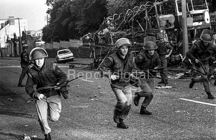British army patrol in the Protestant Crumlin Road area, Belfast 1971 shortly after the announcement of internment without trial in Northern Ireland, after an incident in which another soldier was shot. - Martin Mayer - 1971-08-14