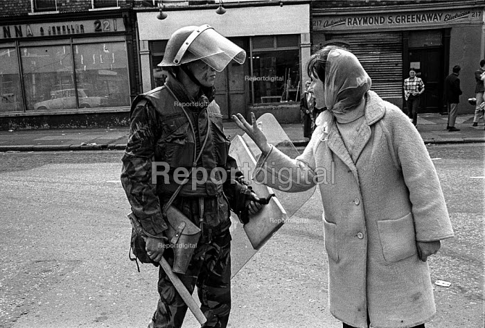 A Catholic woman confronts a British soldier in the Catholic enclave of Short Strand in the mainly Protestant East Belfast just after the imposition of internment without trial - Martin Mayer - 1971-08-10