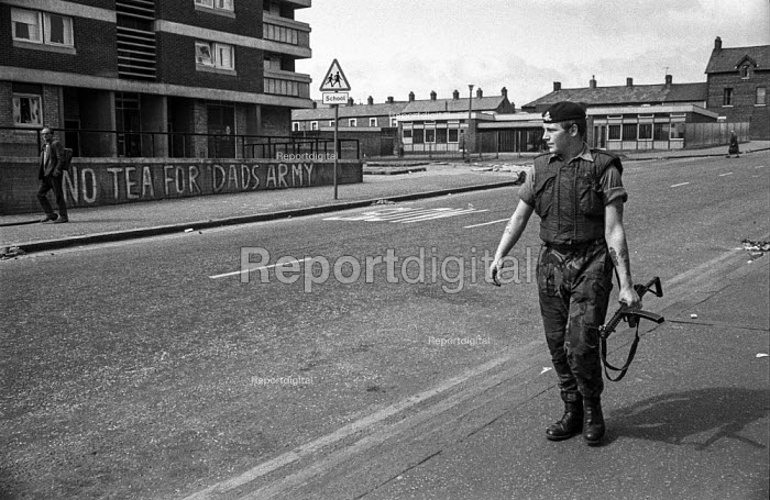 British soldier passing an anti British army slogan in Belfast after the introduction of internment without trial - Martin Mayer - 1971-08-20