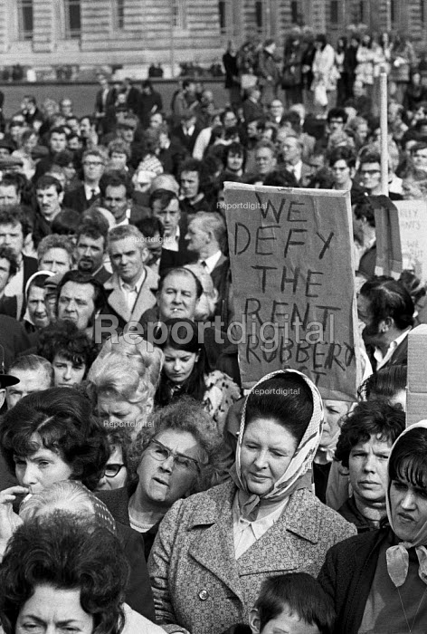 Liverpool tenants demonstrate against the Rent Act of 1972 that increased council house rents. - Martin Mayer - 1972-10-02