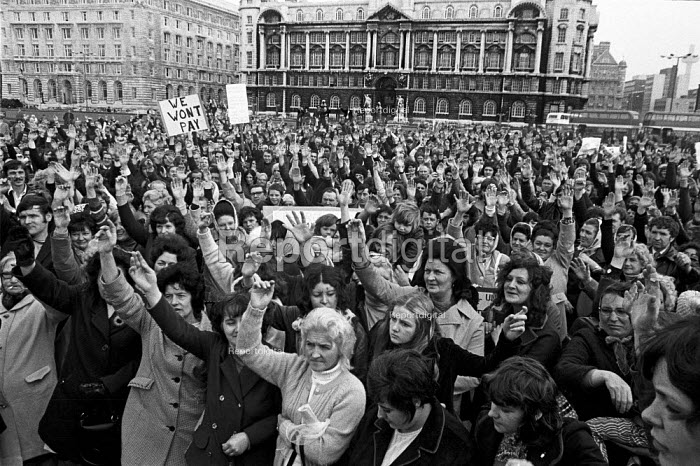 Liverpool tenants, with women to the fore, protest at the new Rents Act of 1972, which raised the rents of council house tenants. Voting for a rent strike. - Martin Mayer - 1972-10-02