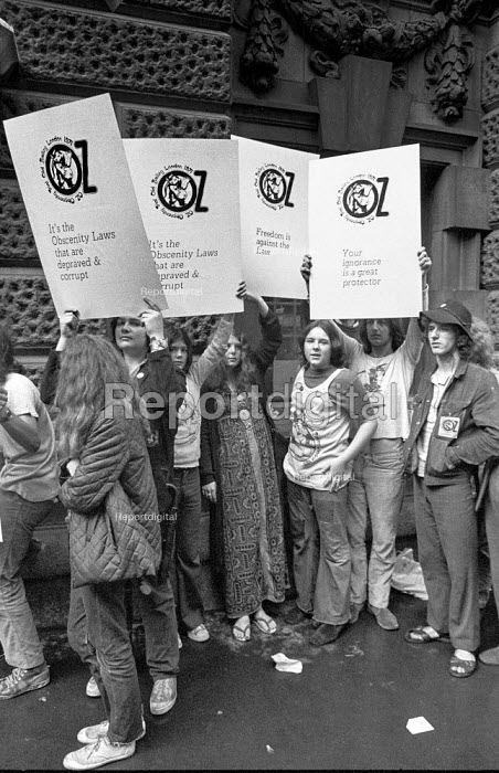 Supporters of Oz magazine outside the Old Bailey during the trial of its editors for obscenity - Martin Mayer - 1971-08-05