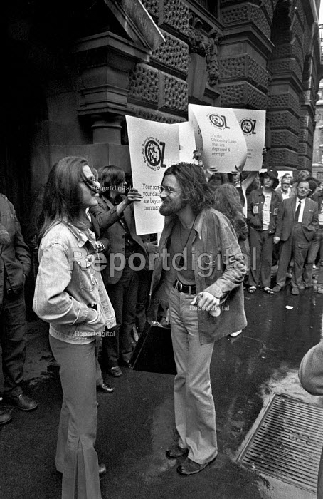 Richard Nevill, Felix Dennis. Supporters of Oz magazine outside the Old Bailey during the trial of its editors for obscenity - Martin Mayer - 1971-08-05